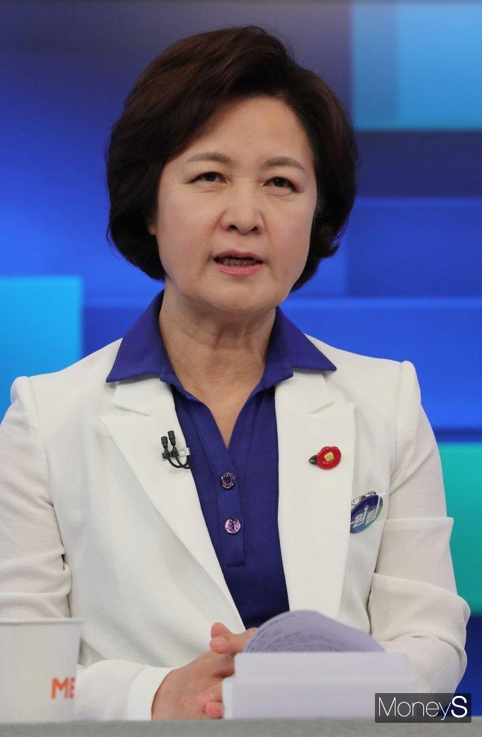 [머니S포토] TV 토론회 준비하는 추미애