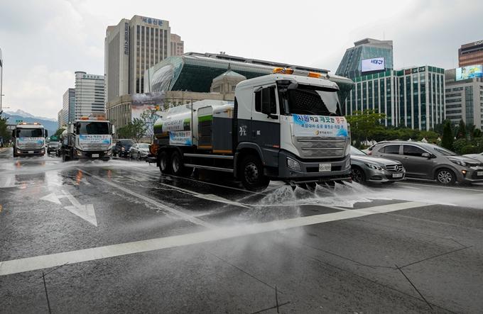 29일은 전국 대부분 지역에 35도 안팎의 무더위가 이어지겠다. 전북 동부 일부 지역에서는 소나기가 내린다. 사진은 지난 28일 서울 중구 세종대로에서 도심 온도를 낮추기 위해 물청소를 하는 살수차 모습. /사진=뉴스1