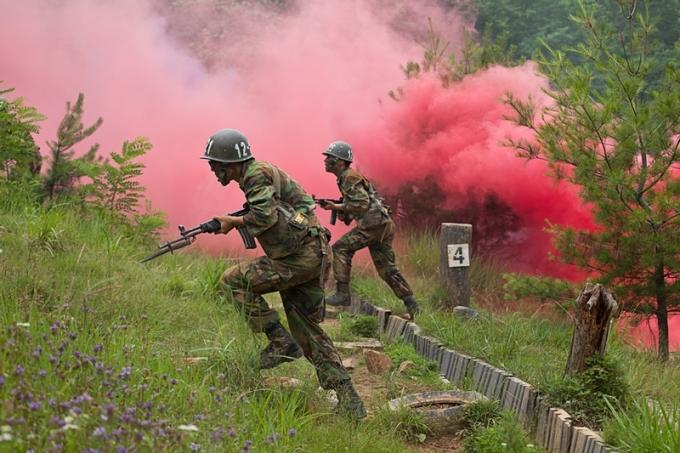 28일 '군인권센터'는 폭염경보 시 군 야외훈련을 중단해야 한다고 밝혔고 육군은 폭염에 탄력적으로 대응하며 안전하게 훈련을 하겠다고 밝혔다. /사진=이미지투데이