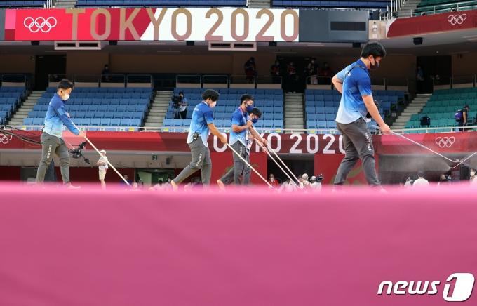 26일 오후 일본 도쿄 지요다구 무도관에서 열린 '2020 도쿄올림픽' 유도 경기 도중 그라운드를 소독하고 있다. 2021.7.26/뉴스1 © News1 이재명 기자