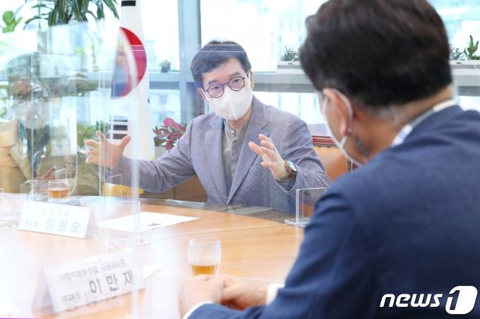 커피박 재활용화와 수거 방식에 대해 논의하는 정원오 성동구청장.(성동구제공)© 뉴스1