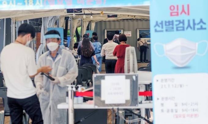 서울시는 28일 오전 0시부터 오후 6시까지 코로나19 확진자가 414명이라고 전했다. /사진=뉴스1