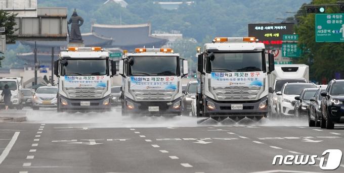 28일 서울 중구 세종대로에서 도심 온도 낮추기를 위해 살수차가 물청소를 하고 있다. 2021.7.28/뉴스1 © News1 안은나 기자