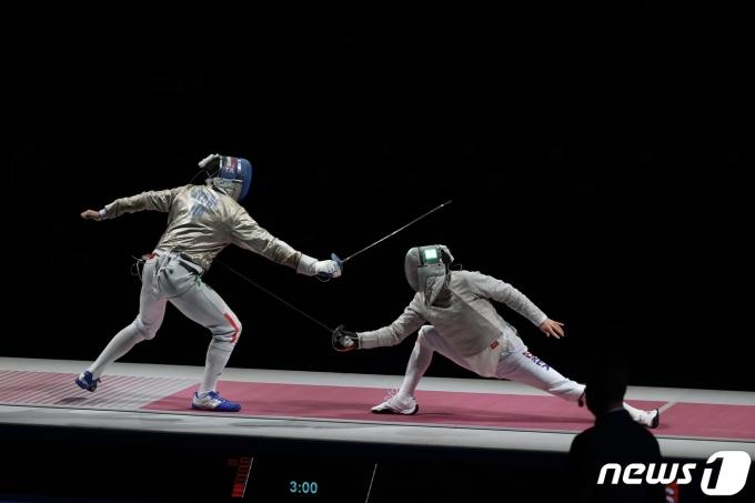 [사진] 공격 성공하는 구본길...금메달 보인다