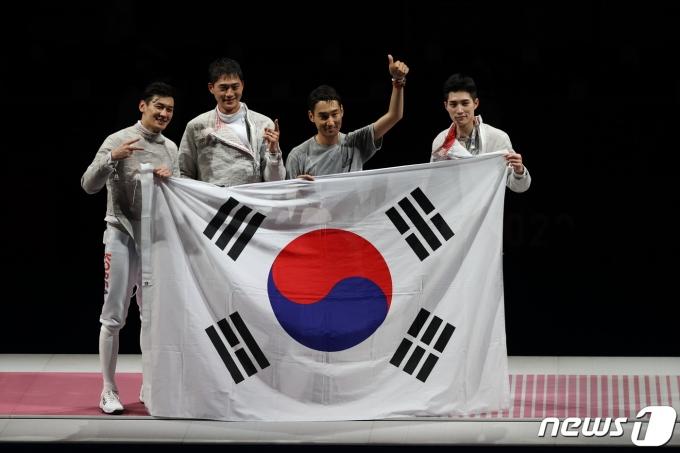금메달을 획득한 펜싱 남자 사브르 대표팀.© News1 송원영 기자