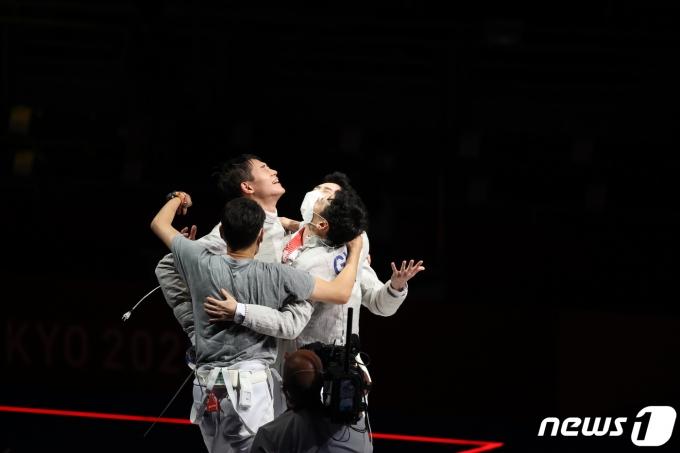 [사진] 한국 펜싱 남자 사르브, 올림픽 단체전서 금매달