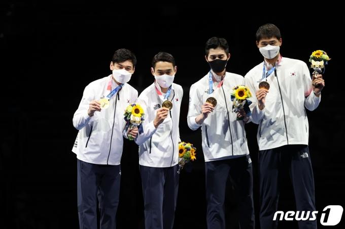 [사진] 금메달 든 펜싱 男 사브르 대표팀