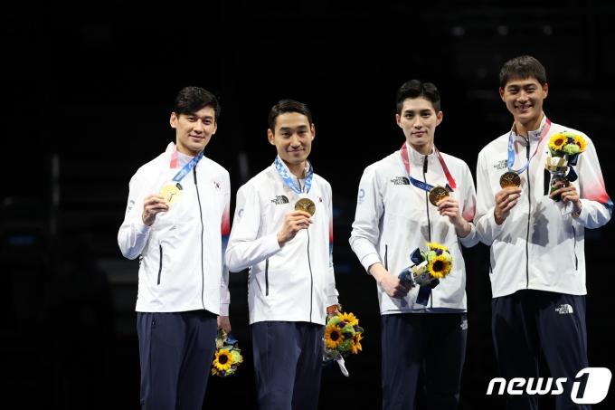 [사진] 금메달 목에 건 남자 펜싱 대표팀