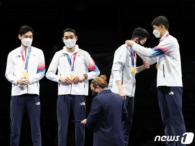[사진] 펜싱 남자 사브르, 올림픽 단체전 2연패 위업