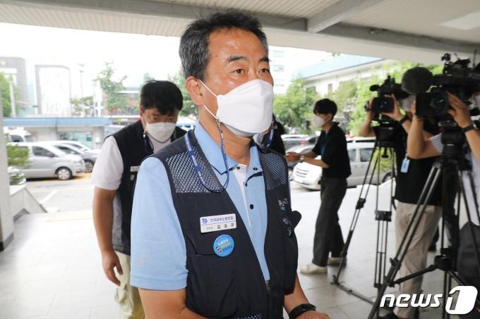 김호규 민주노총 금속노조위원장이 28일 오후 소환 조사를 위해 서울 종로경찰서로 들어가고 있다. 2021.7.28/뉴스1 © News1 임세영 기자