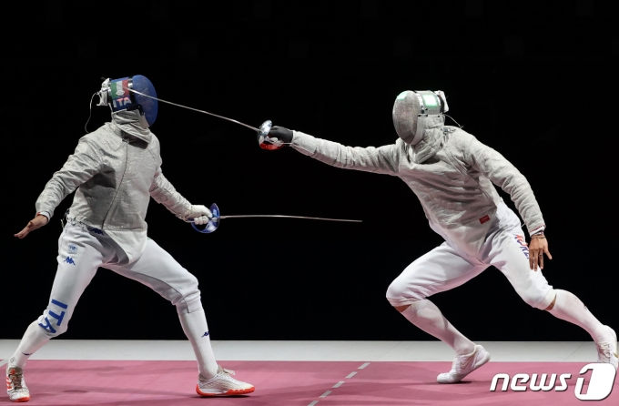 [사진] 오상욱의 발빠른 공격