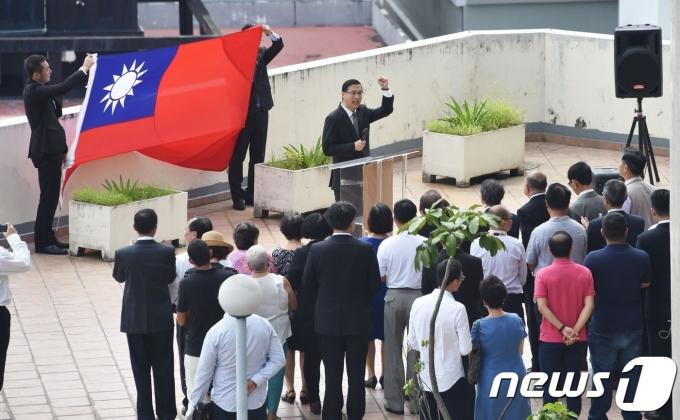 14일 (현지시간) 파나마가 중국과 공식 수교하고 대만과 외교관계를 단절한 가운데 파나마시티의 대만 대사관에서 대만 국기인 청천백일기 하강식이 열리고 있다. © AFP=뉴스1 © News1 우동명 기자(사진은 기사 내용과 무관함
