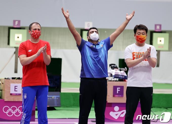 이란 사격 자바드 포루기(가운데)가 24일 오후 일본 도쿄 아사카 사격장에서 열린 '2020 도쿄올림픽' 사격 10m 공기권총 남자 결선 경기에서 금메달을 확정지은 후 기뻐하고 있다. 2021.7.24/뉴스1 © News1 이재명 기자