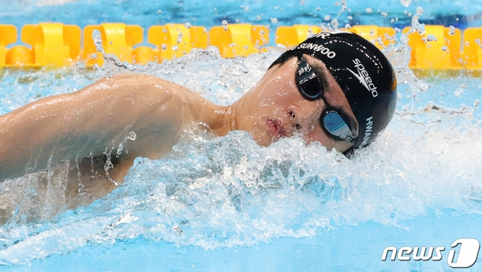 수영 황선우가 28일 오전 일본 도쿄 아쿠아틱스센터에서 열린 '2020 도쿄올림픽' 남자 100m 자유형 준결승전에서 역영하고 있다. 이날 황선우는 남자 수영 100m 자유형 준결승에서 3위로 골라인에 들어와 100m 자유형 47초 56으로 한국, 아시아 신기록을 갱신했다. 2021.7.28/뉴스1 © News1 송원영 기자