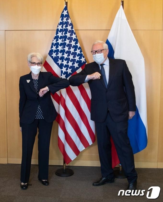 웬디 셔먼 미국 국무부 부장관과 세르게이 랴브코프 러시아 외무차관이 회담 시작 전 마스크를 찾용한 채 팔꿈치를 맞대며 인사를 나누고 있다.(제내바 주재 미국대표부 홈페이지 갈무리)© 뉴스1