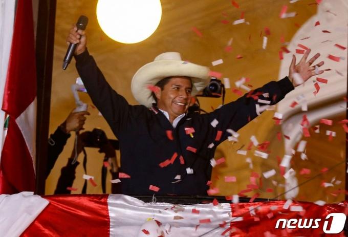 페드로 카스티요 페루 대통령 후보가 2021년 6월 9일(현지시간) 리마 당사에서 지지자들에게 승리를 선언하며 팔을 벌리고 있다. © AFP=뉴스1 © News1 우동명 기자