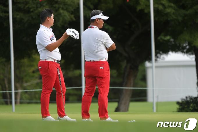 남자 골프 국가대표 임성재(왼쪽)와 최경주 감독이 27일 일본 사이타마 가스미가세키 컨트리클럽에서 훈련을 하고 있다. (국제골프연맹 제공) 2021.7.27/뉴스1