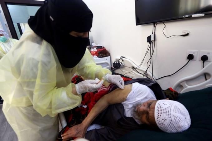 사우디아라비아가 코로나19 백신 완전 접종자들에게만 해외여행을 허용하기로 했다. 사진은 지난 5월3일(현지시각) 사우디 리야드에서 현지 시민이 백신을 접종받는 모습. /사진=로이터