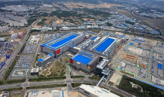 삼성전자가 2분기 반도체 호황에 힘입어 12조5700억원의 영업이익을 거뒀다. 사진은 삼성전자 평택 반도체공장 전경. /사진=삼성전자