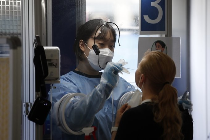 수도권 코로나 확진자 비율 65%… 신규 감염 1674명(상보)