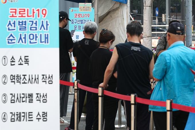 코로나19 일일 확진자 수가 29일 0시 기준 1674명을 기록했다. 사진은 지난 28일 서울 중구 서울역광장에 마련된 임시선별진료소에서 코로나19 검사를 기다리는 시민 모습. /사진=뉴스1