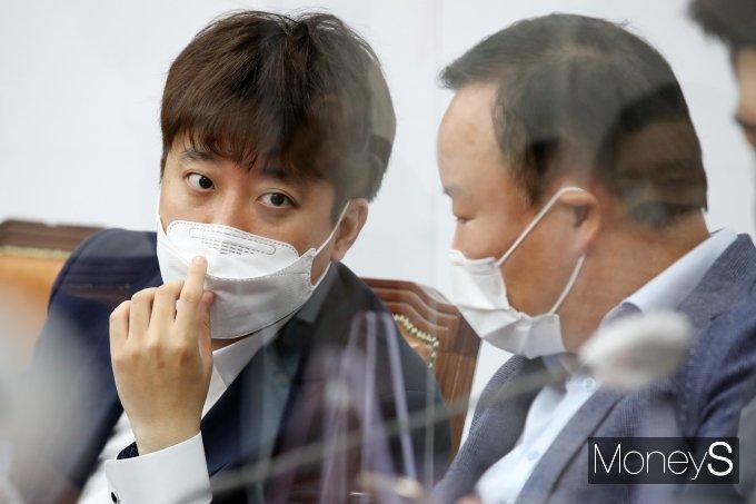 [머니S포토] 논의하는 이준석·김재원
