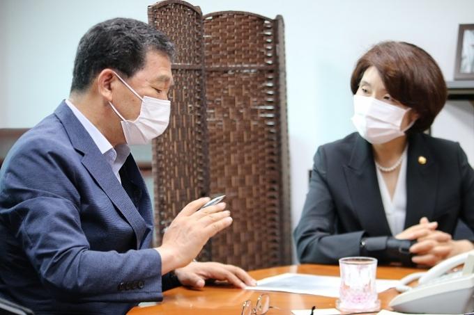 지난 28일 국회의원 사무실에서 신 의원은 한정애 환경부장관을 만나, 나주 SRF 문제의 근본적 해결을 위한 방안들을 논의했다.