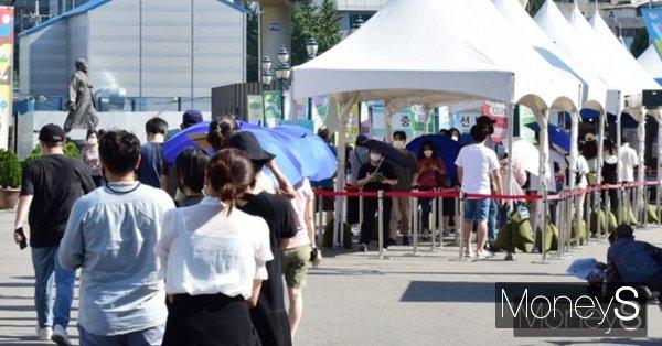 지난 28일 서울시의 코로나19 신규 확진자는 515명을 기록했다. 사진은 서울시 중구 서울역에 마련된 임시선별진료소에서 검사를 기다리는 시민들 모습. /사진=임한별 기자