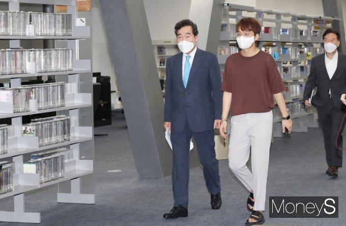 [머니S포토] 서울대 중앙도서관 찾은 잠룡 '이낙연'