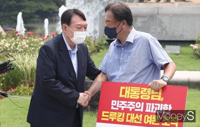 [머니S포토] 野 잠룡 윤석열, 1인시위 정진석 의원 격려 방문