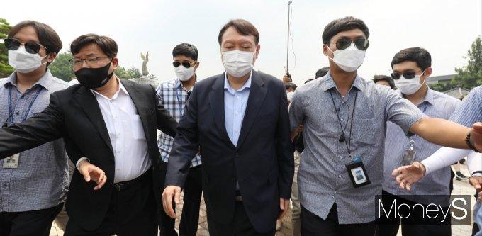 [머니S포토] 1인 시위 정진석 의원, 격려 마친 윤석열 전 총장