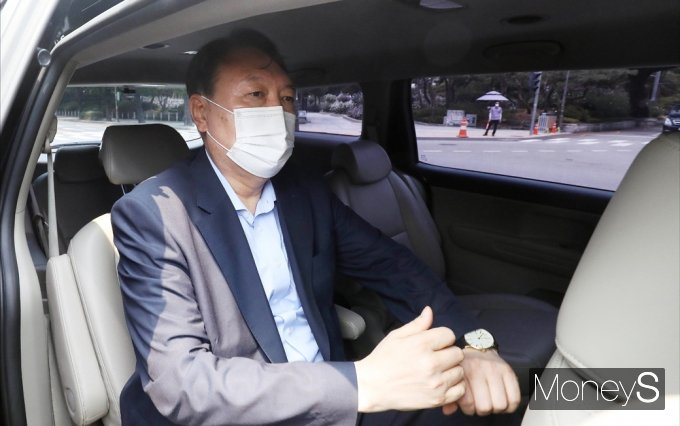 [머니S포토] 1인 시위현장 나서는 윤석열 전 검찰총장