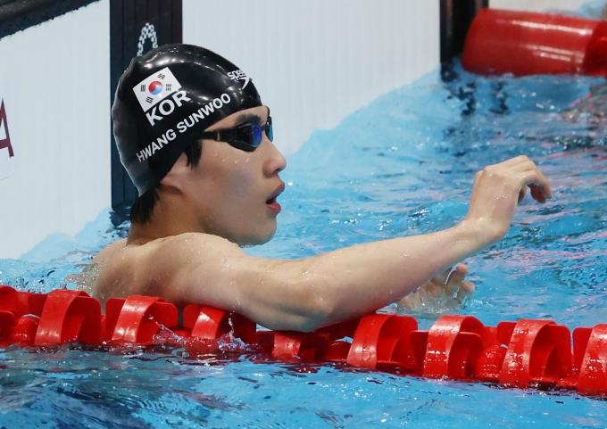 황선우가  도쿄올림픽 자유형 100m 결승에서 5위를 차지했지만 만족감을 드러냈다. 사진은 황선우가 이날 100m 자유형 결승에서 기록을 확인하는 모습. /사진=뉴스1