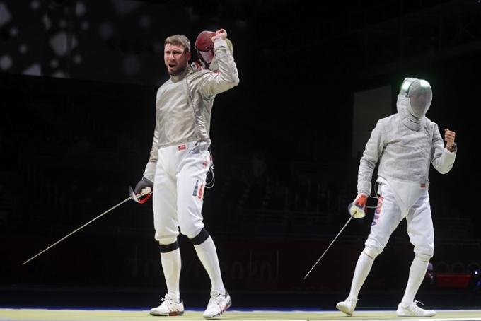도쿄올림픽 펜싱 남자 사브르 단체전 준결승에서 독일 선수 막스 하루퉁이 한국 선수를 조롱했다는 비판에 대해 해명했다. 사진은 막스 하르퉁(왼쪽)과 김정환의 준결승 경기 모습. /사진=로이터