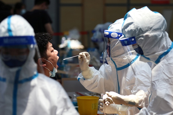 중국 난징시 보건당국이 코로나19 본토 확진자가 지난 20일부터 171명이라고 밝혔다. 사진은 지난 21일 중국 난징시에서 핵산 검사(PCR)를 받는 시민 모습. /사진=로이터