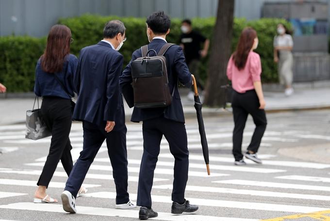 30일은 전국 대부분 지역에 35도 안팎의 무더위가 이어지겠다. 다만 곳곳에는 천둥·번개를 동반한 소나기가 내린다. 사진은 지난 2일 서울 종로구 일대에서 우산을 든 채 발걸음을 옮기는 시민 모습. /사진=뉴스1