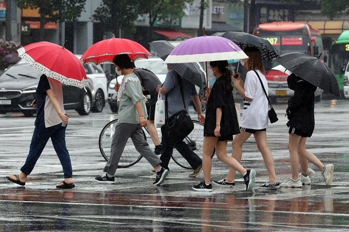 오는 30일 이후부터 낮 최고기온이 35도를 넘나드는 가운데 습도까지 높아질 전망이다. 사진은 지난달 30일 서울 송파구 잠실새내역 인근에서 우산을 든 시민들이 이동하는 모습. /사진=뉴스1