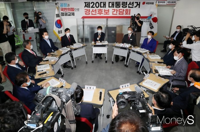 [머니S포토] 이준석 대표, 국민의힘 대선 경선후보들과 간담회