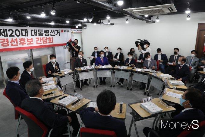 [머니S포토] 국민의힘 대선 경선후보들 '첫 상견례'