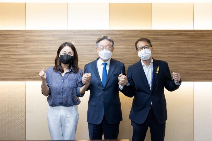이재명(사진 가운데) 경기도지사가 29일 페이스북에 박주민(오른쪽)·이재정(왼쪽) 의원이 캠프에 합류했다고 전했다. /사진=페이스북 캡처