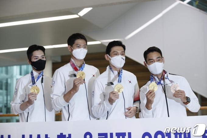 [사진] '금메달 목에 걸고' 올림픽 2연패 성공한 남자 펜싱 국가대표팀