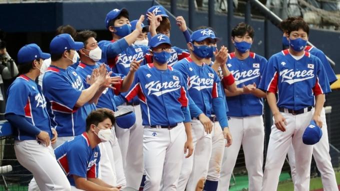 도쿄올림픽 야구 국가대표팀이 이스라엘전을 맞아 라인업을 꾸렸다. 사진은 지난 25일 대표팀이 평가전에서 MVP를 수상한 강백호 선수에게 박수를 치는 모습. /사진=뉴스1