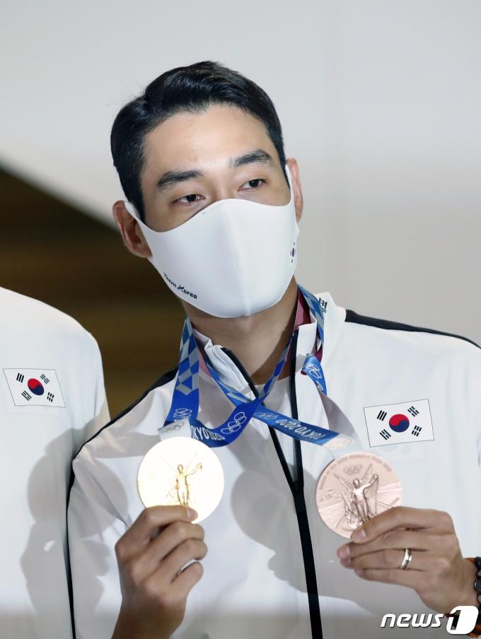 [사진] 펜싱 김정환 '메달이 두 개'