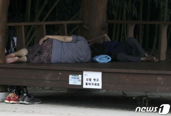 무더위가 계속된 28일 오후 울산 중구 태화강 국가정원에서 시민들이 더위를 피하고 있다. 2021.7.28/뉴스1 © News1 윤일지 기자