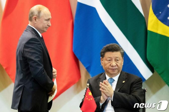 2019년 11월 브라질 브라질리아에서 열린 브릭스(BRICS) 정상회의에서 만난 블라디미르 푸틴 러시아 대통령과 시진핑 중국 국가주석. © AFP=뉴스1