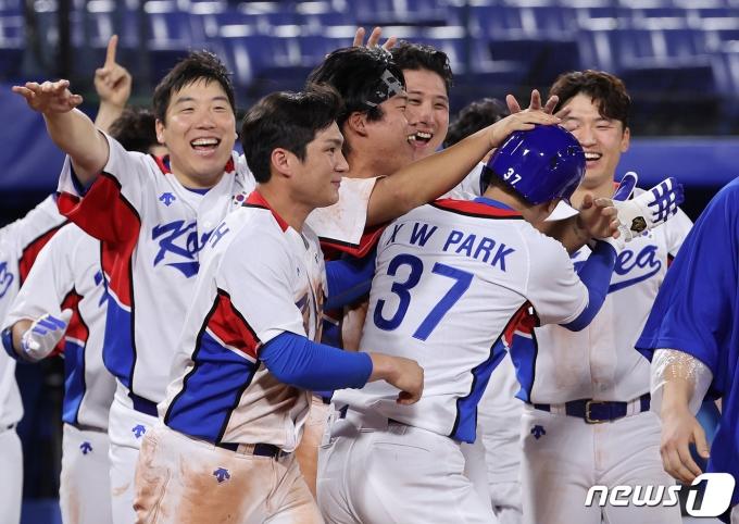 [사진] 야구대표팀 '축하는 살살'