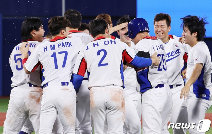 야구 대표팀 선수들이29일 오후 일본 요코하마 스타디움에서 열린 '2020 도쿄올림픽' 대한민국과 이스라엘의 야구경기에서 승리를 거둔 후 기뻐하고 있다. 2021.7.29/뉴스1 © News1 이재명 기자