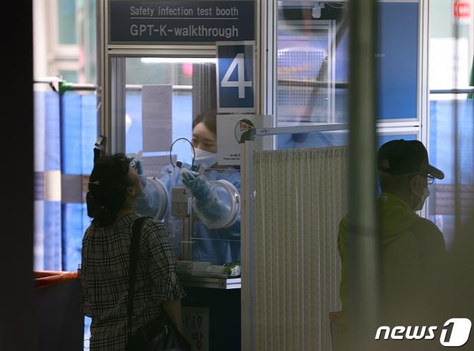서울 동작구보건소 선별진료소에서 시민들이 검체 검사를 받고 있다. 2021.7.29/뉴스1 © News1 신웅수 기자