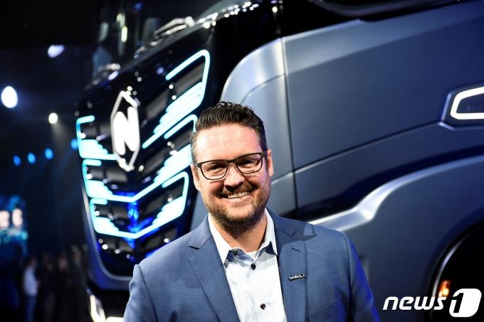 미국의 전기트럭 업체인 니콜라의 창업자 트레버 밀턴이 기자회견에서 자사가 만든 트럭을 소개하고 있다. © 로이터=뉴스1 © News1 박형기 기자