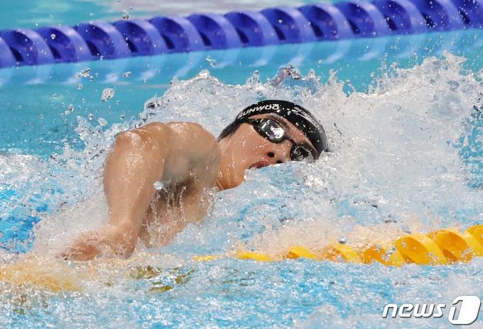 수영 황선우가 29일 오전 일본 도쿄 아쿠아틱스센터에서 열린 '2020 도쿄올림픽' 남자 100m 자유형 결승전에서 힘차게 출발하고 있다. 황선우는 이날 결승에서 5위를 차지했다. 기록은 47초82. 2021.7.29/뉴스1 © News1 송원영 기자
